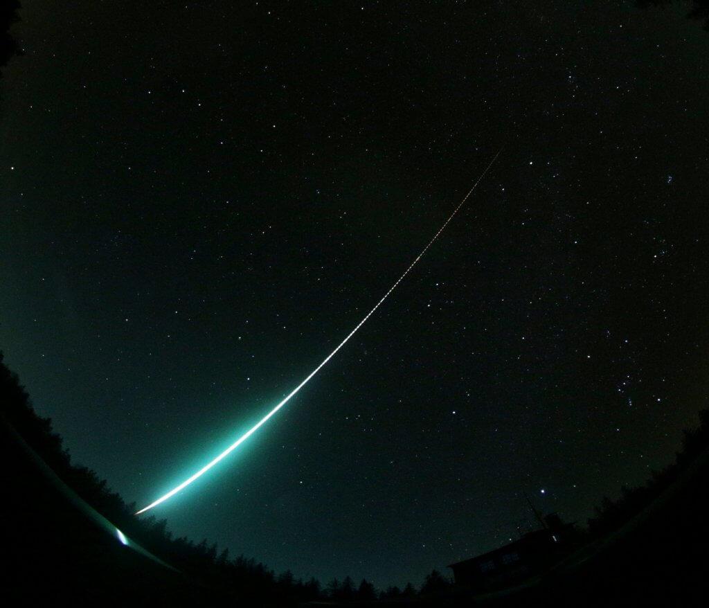 Průmět světelné dráhy bolidu v atmosféře na zemský povrch. Celková zaznamenaná dráha bolidu byla 290 km dlouhá a bolid jí uletěl za 24 sekund. (grafika: Astronomický ústav AV ČR, podkladová mapa: Google Earth)